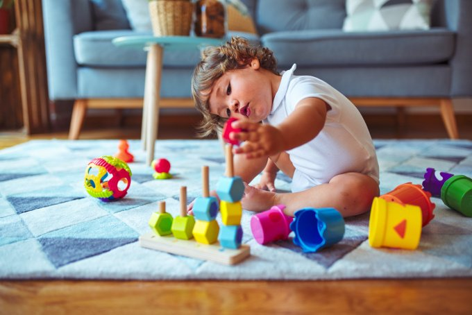 Wie sieht sinnvolles Spielzeug für Babys und Kleinkinder aus? Experten glauben, dass Kinder sich mit allen möglichen Gegenständen sinnvoll beschäftigen können.